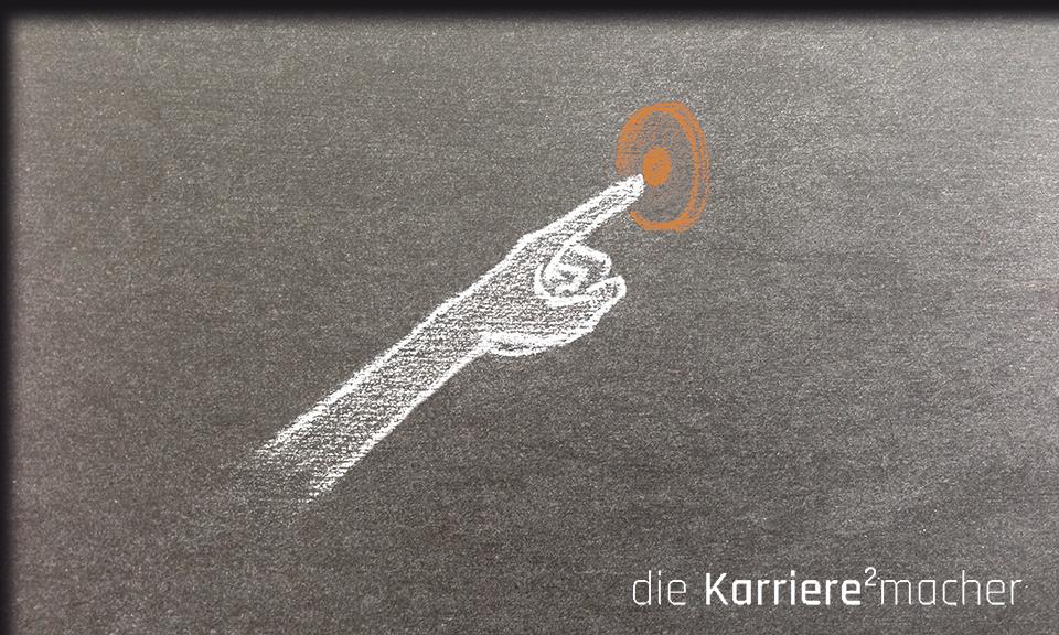 Wie Sie Ihren Mentor für sich gewinnen. Bild: Kreidezeichnung auf Schiefertafel - Arm drückt Klingelknopf