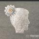 Kreidezeichnung auf Schiefertafel: Zahnrad im Hinterkopf eines männlichen Kopfes