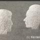 Kreidezeichnung auf Schiefertafel: Zwei Köpfe in Seitenansicht schauen sich an