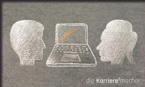 Kreidezeichnung auf Schiefertafel: Zwei Personen blicken sich über einem Laptop in die Augen