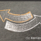 Kreidezeichnung auf Schiefertafel: gegenläufige Pfeile aneinander geschmiegt