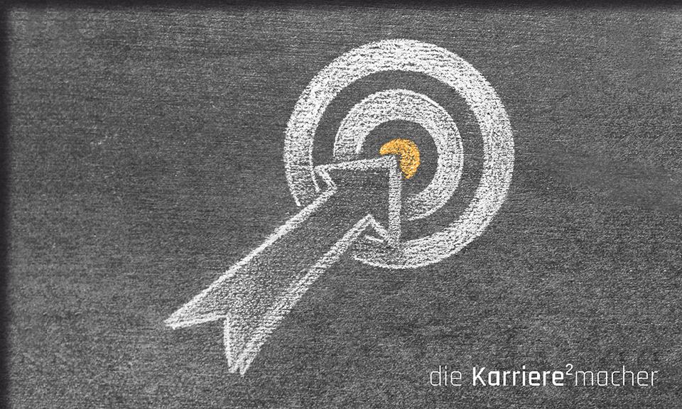 Kreidezeichnung auf Schiefertafel: Pfeil zeigt auf die Mitte einer Zielscheibe - Ziele erreichen