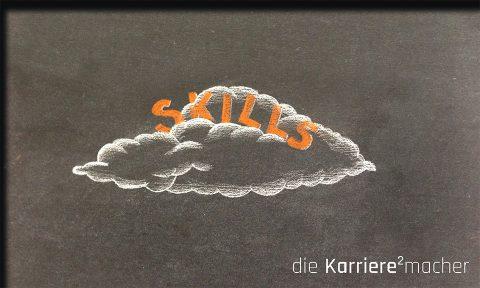 """Kreidezeichnung auf Schiefertafel: Schriftzug """"Skills"""" auf einer Wolke"""
