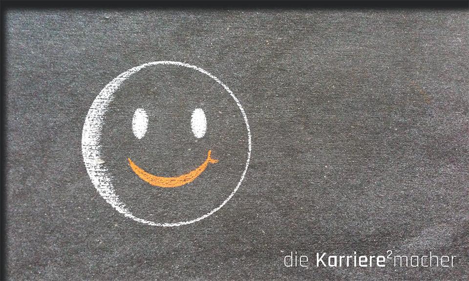 Kreidezeichnung auf Schiefertafel: Smiley als Symbol für Glück und Erfolg