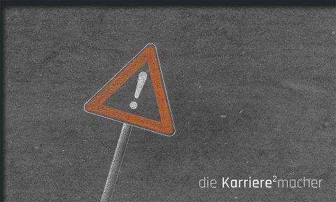 Kreidezeichen auf Schiefertafel: Verkehrsschild Achtung (vor diesen Fehlern von Mentoren)